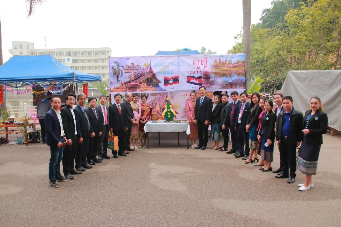 Các đại biểu tham quan gian hàng Chợ tết ICTU và chụp ảnh lưu niệm.