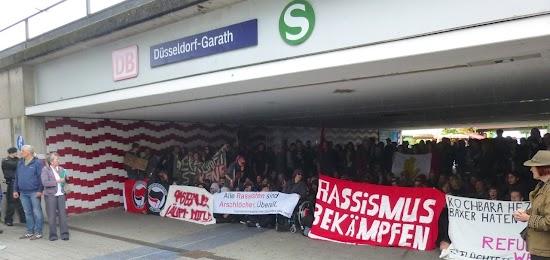 Antifaschisten mit flüchtlingsfreundlichen Transparenten.