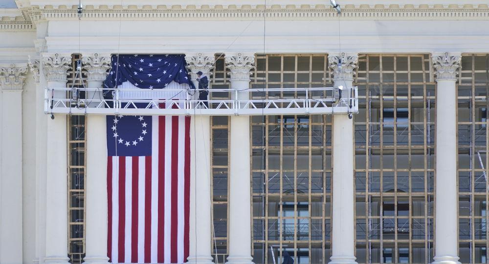 Рабочие устанавливают флаг на Капитолии