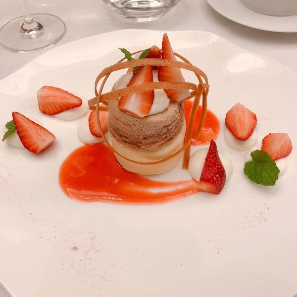 THOMAS.簡 法式餐廳 餐點:草莓舒芙蕾蛋糕、香草脆餅、檸檬冰糕