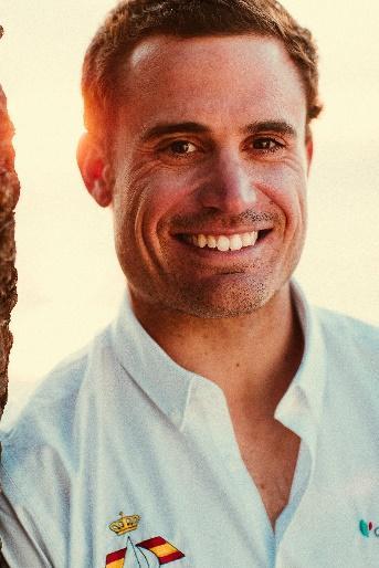 Imagen que contiene persona, hombre, sonriendo, pose  Descripción generada automáticamente