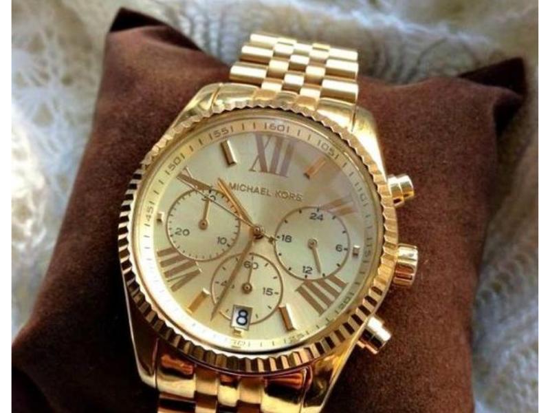 Một mẫu đồng hồ Michael Kors nam màu vàng hết sức sang trọng, có thể thấy rõ sự tỉ mỉ trong từng chi tiết