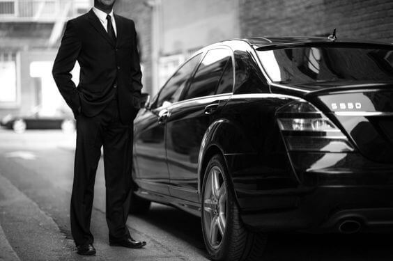 Забронируйте наш частный трансфер в аэропорт Берна и посетите лучшие достопримечательности города в роскошном бизнес-лимузине
