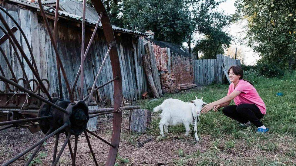 Одна из дочерей с козой