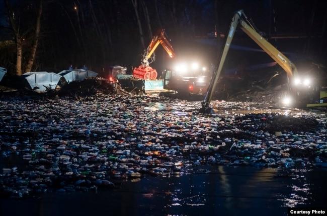 Частковий річковий бар'єр для сміття. Місто Вашарошнамень, Угорщина, лютий 2021 року. Фото: посольство Угорщини в Україні