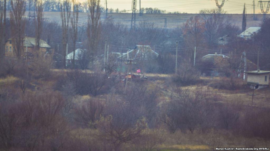 Доти бойовиків російських гібридних сил посеред селища та прапор так званої «Новоросії» над ними
