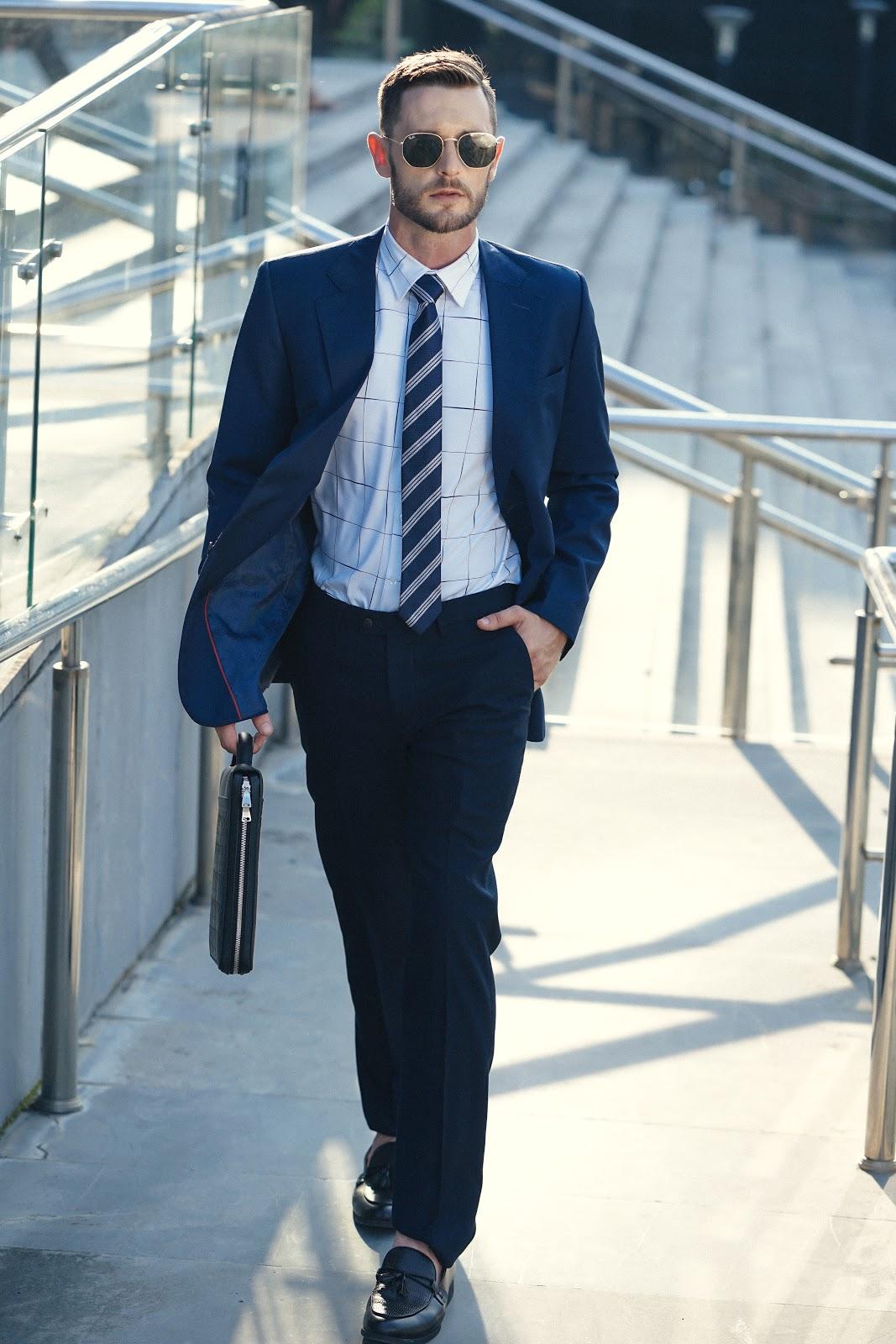 Áo vest là sự lựa chọn lý tưởng nhất để kết hợp với combo áo sơ mi - quần Âu nam