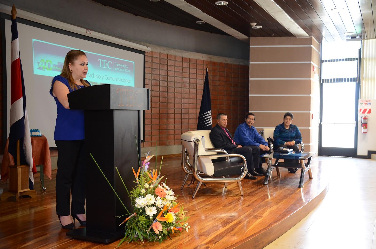 Marjorie Ríos, actual coordinadora del Centro de Archivo y Comunicaciones, en conjunto con los integrantes del conversatorio, realizado en el nuevo edificio de aulas del Campus Central D3 (Foto: Ruth Garita, OCM)