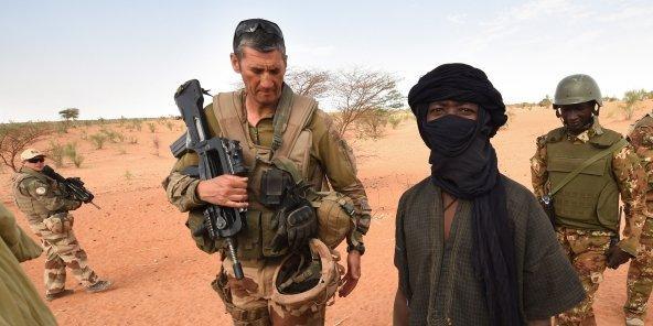 Une patrouille conjointe des armées française et malienne à Timbamogoye (Nord), en mars.