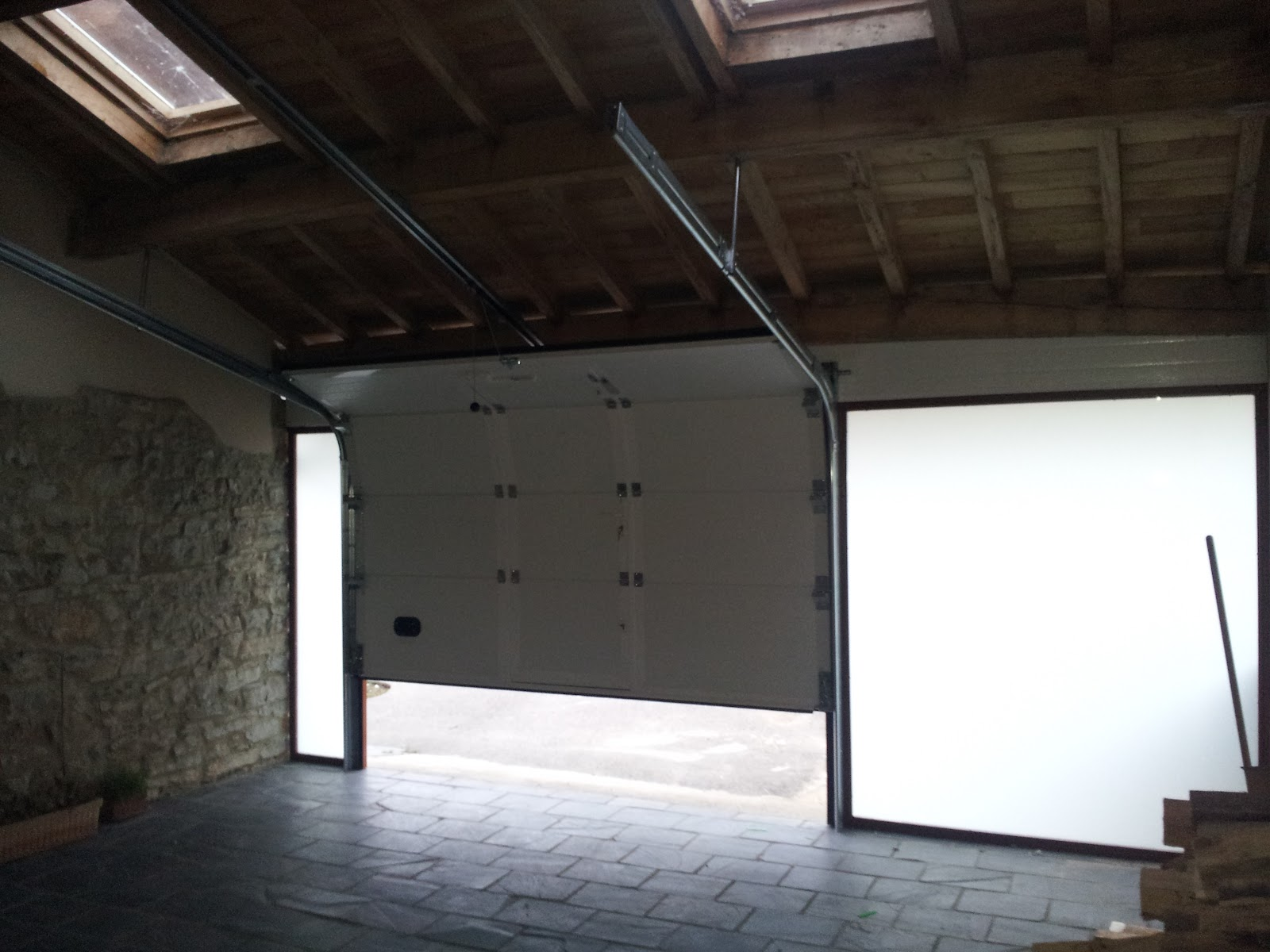 punto de recarga para un coche eléctrico en un garaje