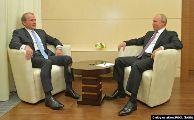 Один із лідерів проросійської партії ОПЗЖ Віктор Медведчук (праворуч) і президент Росії Володимир Путін. Москва, 6 жовтня 2020 року