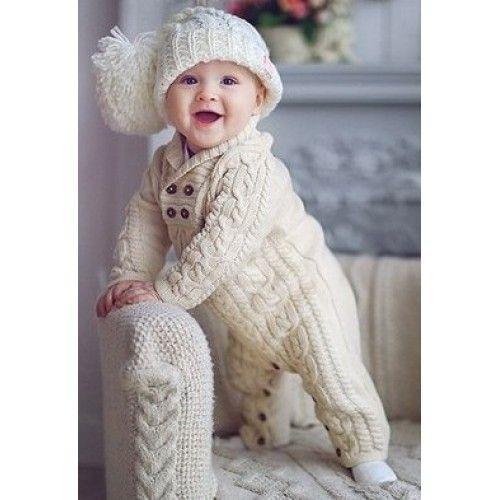 Kombinezon niemowlęcy wykonany na drutach