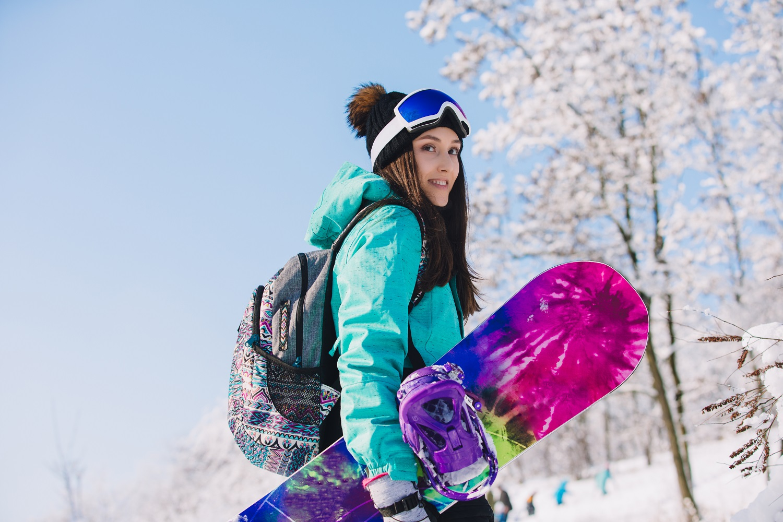 Chica con su tabla de snowboard