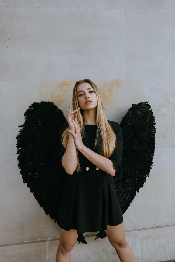 Mulher loira com asas pretas