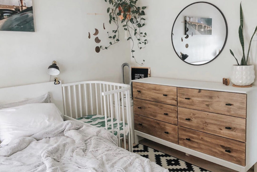 bedside sleeper, babybay, cosleep, bassinet, neutral nursery, minimal nursery,