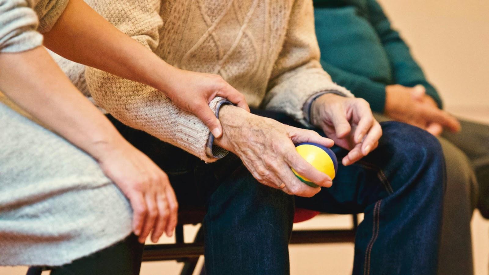 Os cuidadores de idosos auxiliam, muitas vezes, pacientes que contam com uma série de limitações (Fonte: Pexels, Matthias Zomer).