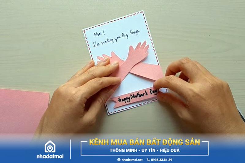 Dán mảnh giấy nhỏ lên tấm thiệp