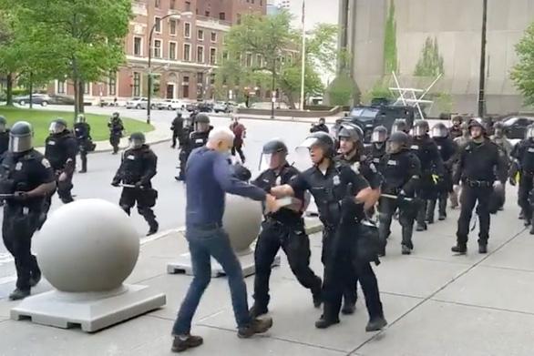Vụ George Floyd: Nghi vấn về người đàn ông bị cảnh sát đẩy ngã trong cuộc biểu tình - Ảnh 1