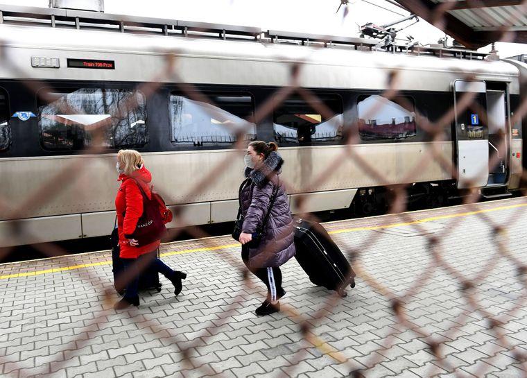 Украинцы эвакуируются спецпоездом из Перемышля после закрытия государственных границ в связи с пандемией коронавируса, Польша, 20 марта 2020 года