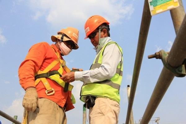 Sử dụng nón bảo hộ khi làm việc tại các công trường xây dựng