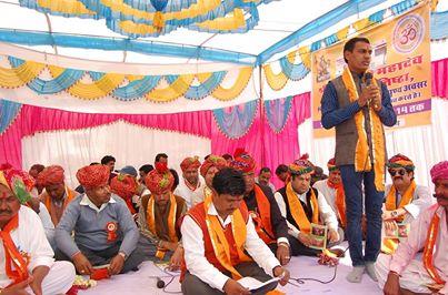 बंजारा समुदाय को मुख्यधारा में लाए - मेघवंशी  मंगलवाड़ के समीप स्थित तितरड़ा गांव के विजय सिंह बंजारा (बामणिया) ने भगवान शिव का मंदिर बनवाया जिसकी प्राण प्रतिष्ठा 27 फरवरी 14 गुरूवार को किया गया। अविनाशी महादेव मंदिर की प्राण प्रतिष्ठा के उपलक्ष पर आयोजित कार्यक्रम में राजस्थान सरकार के मुख्य सचेतक कालू लाल गुर्जर, प्रसिद्ध गौभक्त अशोक कोठारी, दलित आदिवासी एवं घुमन्तु अधिकार अभियान राजस्थान के संस्थापक भंवर मेघवंशी, रूरल अवेयरनेस सोसायटी के उपाध्यक्ष प्रहलाद राय मेघवंशी सहित कई उपस्थित थे।   समारोह को सम्बोधित करते हुए भंवर मेघवंशी ने कहा कि बंजारा समुदाय का गौरवशाली इतिहास रहा हैै। उन्होंने कहा कि बंजारा समुदाय के लोगों का मुख्य व्यापार नमक व पशु खरीदने-बेचने का रहा है लेकिन कुछ समय से नमक का व्यापार न के बराबर रहा है वहीं पशु खरीदने-बेचने पर भी इनके खिलाफ गायों को कत्ल के लिए ले जाने के फर्जी केस लगाए गए है। उन्होंने कहा कि बंजारा समुदाय के सैकड़ों लोगों पर फर्जी मुकदमें लगाए गए है, घुमन्तु आयोग में इस समुदाय के लोगों को प्रतिनिधित्व नहीं मिला है वहीं इनके आवास, पट्टे तथा व्यवसाय के लिए सरकार ने कभी ध्यान नहीं दिया है। उन्होंने मुख्य सचेतक कालू लाल गुर्जर से आग्रह किया कि वे बंजारा समुदाय की समस्याओं से सरकार को अवगत करावें।