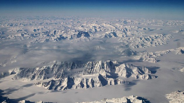 Garis pantai timur laut Greenland, satu dari dua pegunungan es besar di Bumi selain Antartika, terlihat dalam foto udara yang dipublikasikan  Badan Penerbangan dan Antariksa Amerika Serikat (NASA), Selasa (29/3). Pemanasan global mempercepat pencairan es di Antartika dan menambah tinggi permukaan air laut.