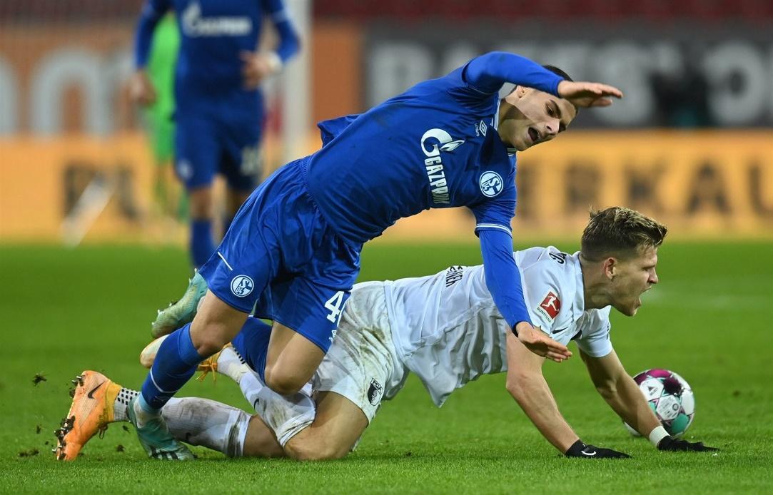 Schalke 04 và Augsburg đã hòa nhau 2-2 ở trận lượt đi