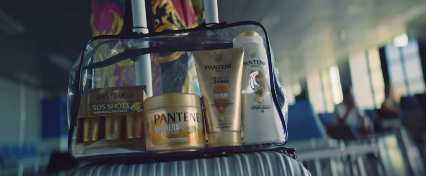 """Immagine tratta dal video musicale """"Non mi basta più"""" di Baby-K che mostra un borsello trasparente contenente 4 prodotti della linea capelli Pantene. Fonte: Marketing Ignorante"""