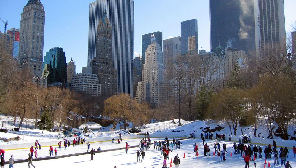 En invierno se montan las pistas de patinaje sobre hielo en NY, la más famosa en Central Park. La indumentaria recomendada es que sea impermeable y resistente al viento.