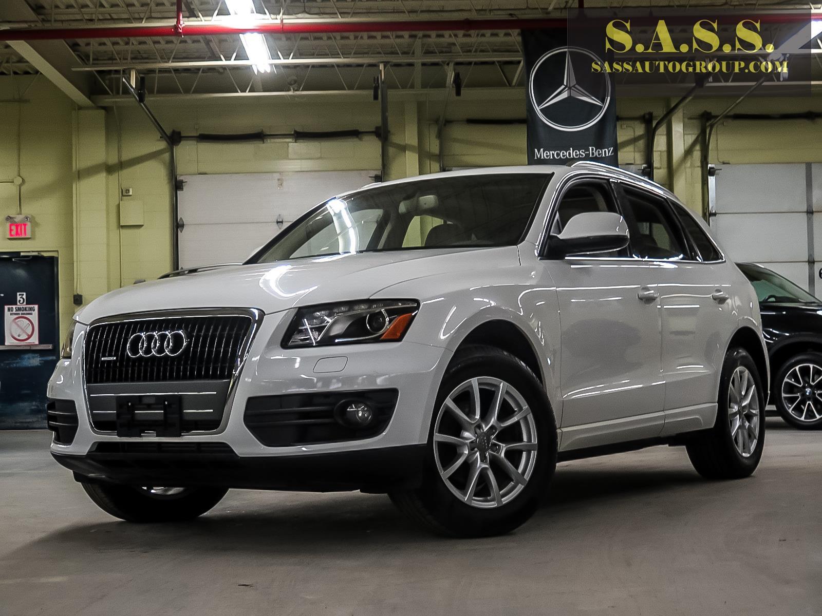 White Audi Q5 premium plus