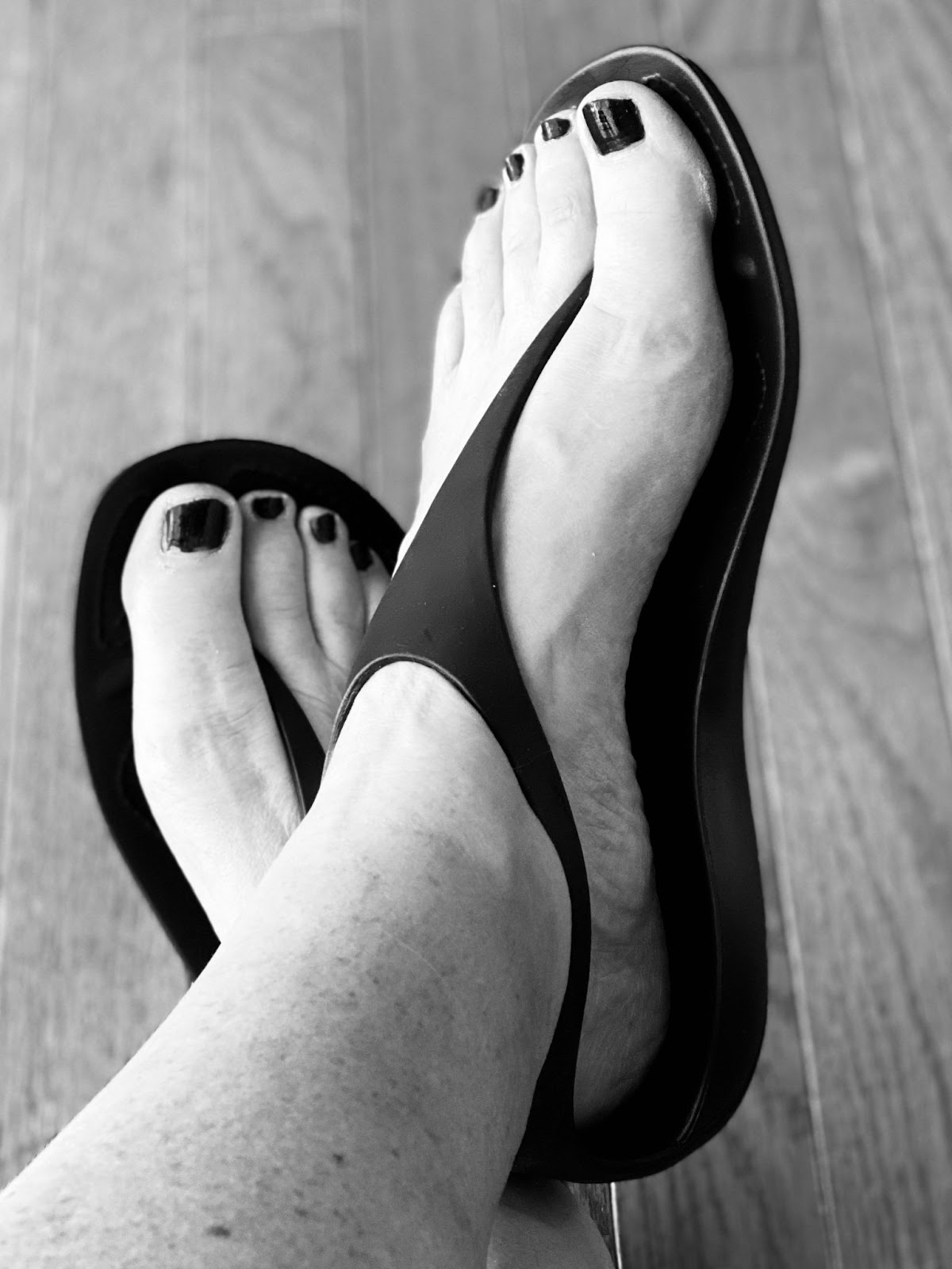picture of feet in sandals