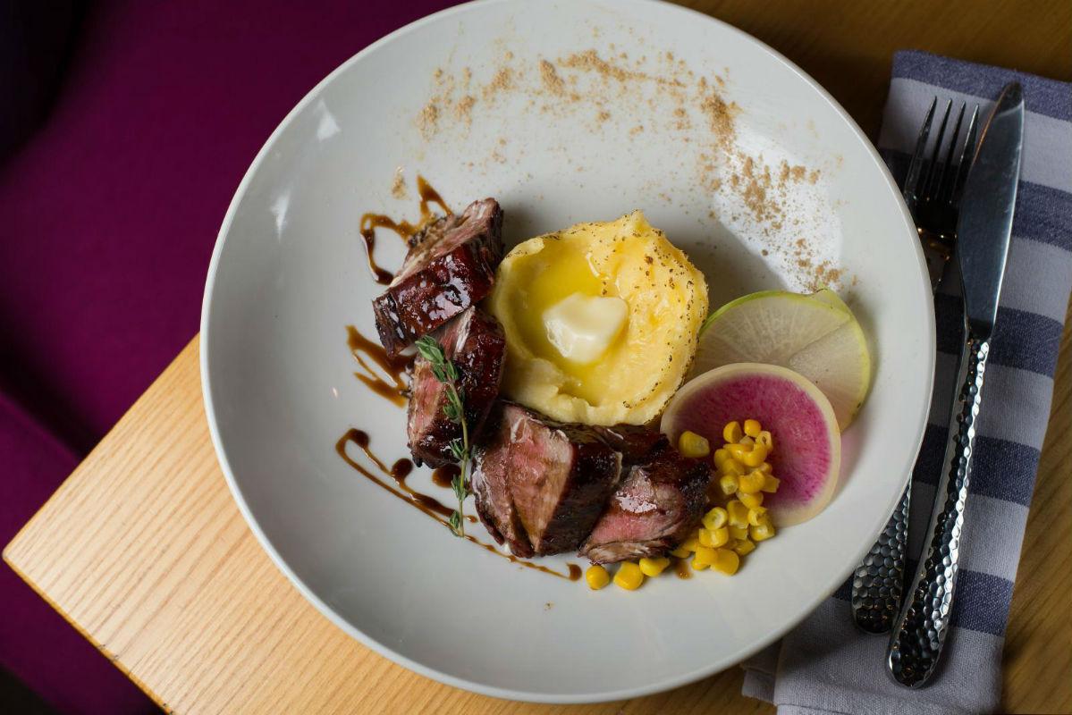 Мягкий и сочный итальянский стейк «Тальята» с ароматным картофельным пюре.