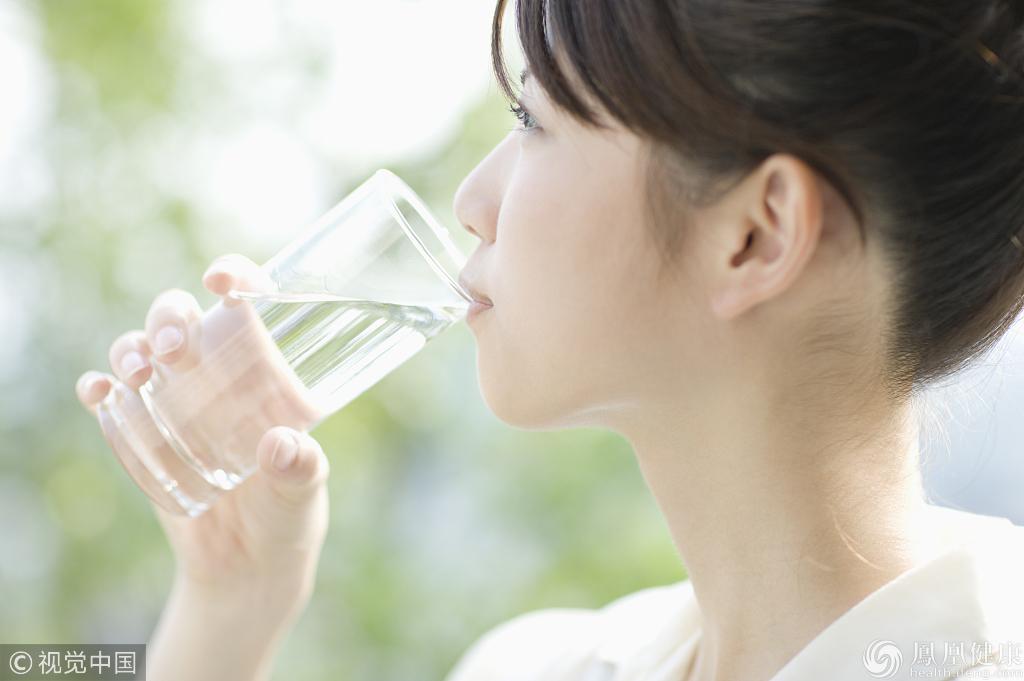 空腹喝水有7大好处,但3种人喝了等于慢性自杀_手机凤凰网