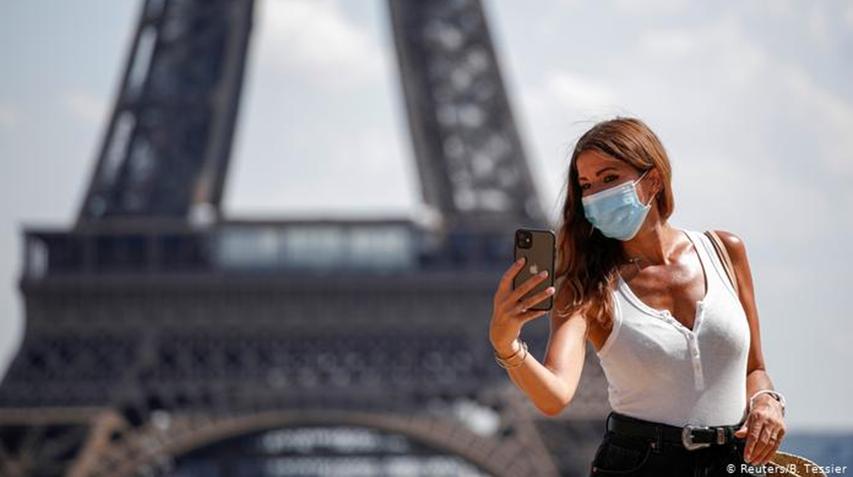 Туристи у Франції мусять робити селфі у масках