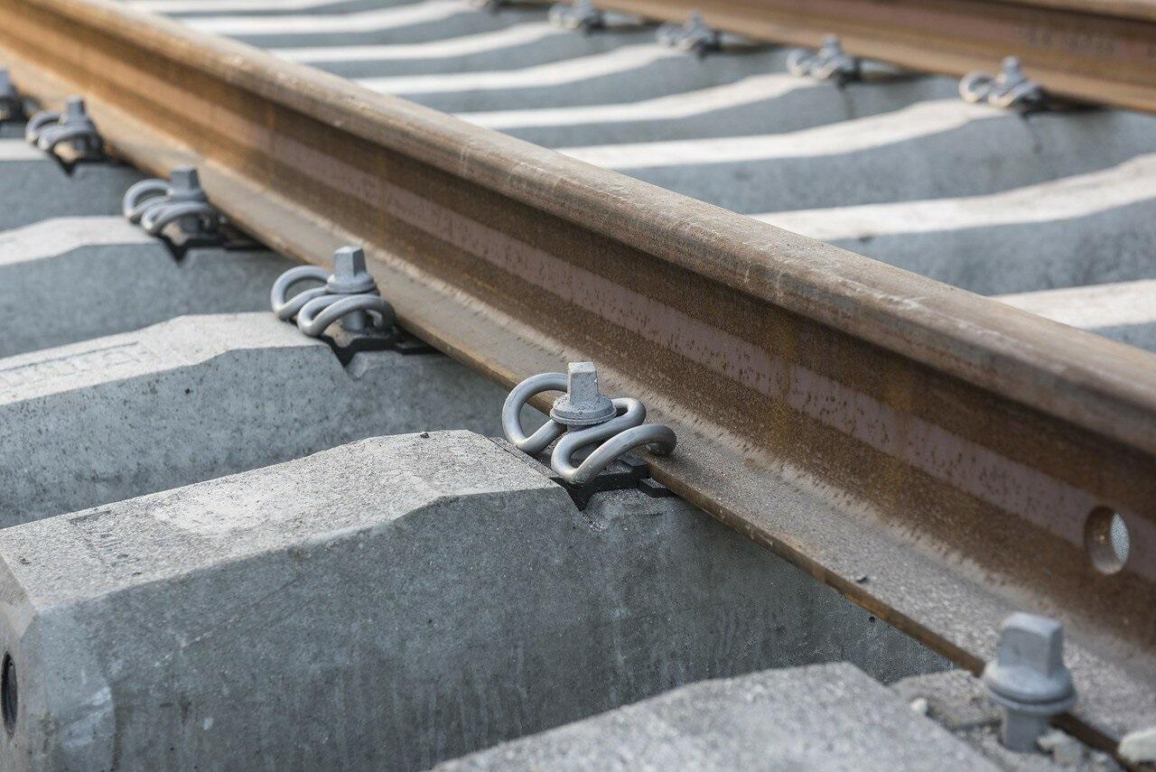 крепление железнодорожных рельсов на шпалы