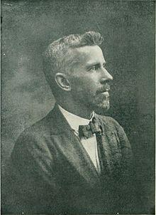 Edward L. Gardner d'après la photographie du frontispice de l'édition américaine de The Coming of the Fairies, 1922.
