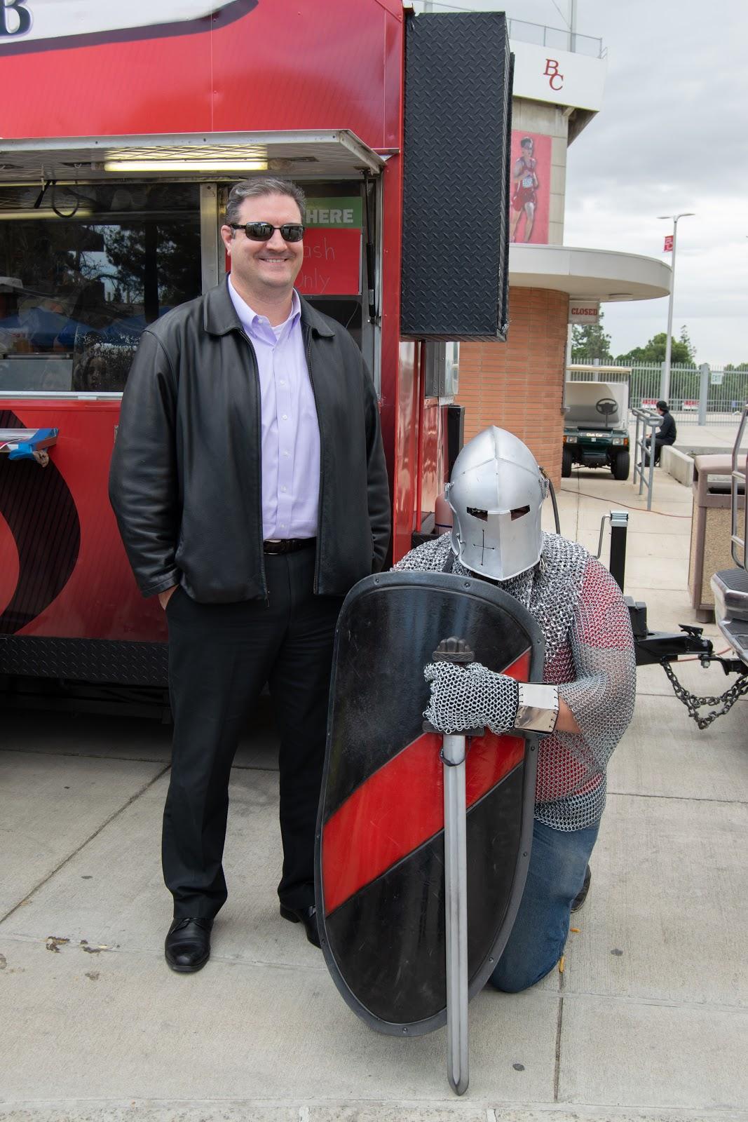 带着骑士吉祥物的迈克·吉科米尼。