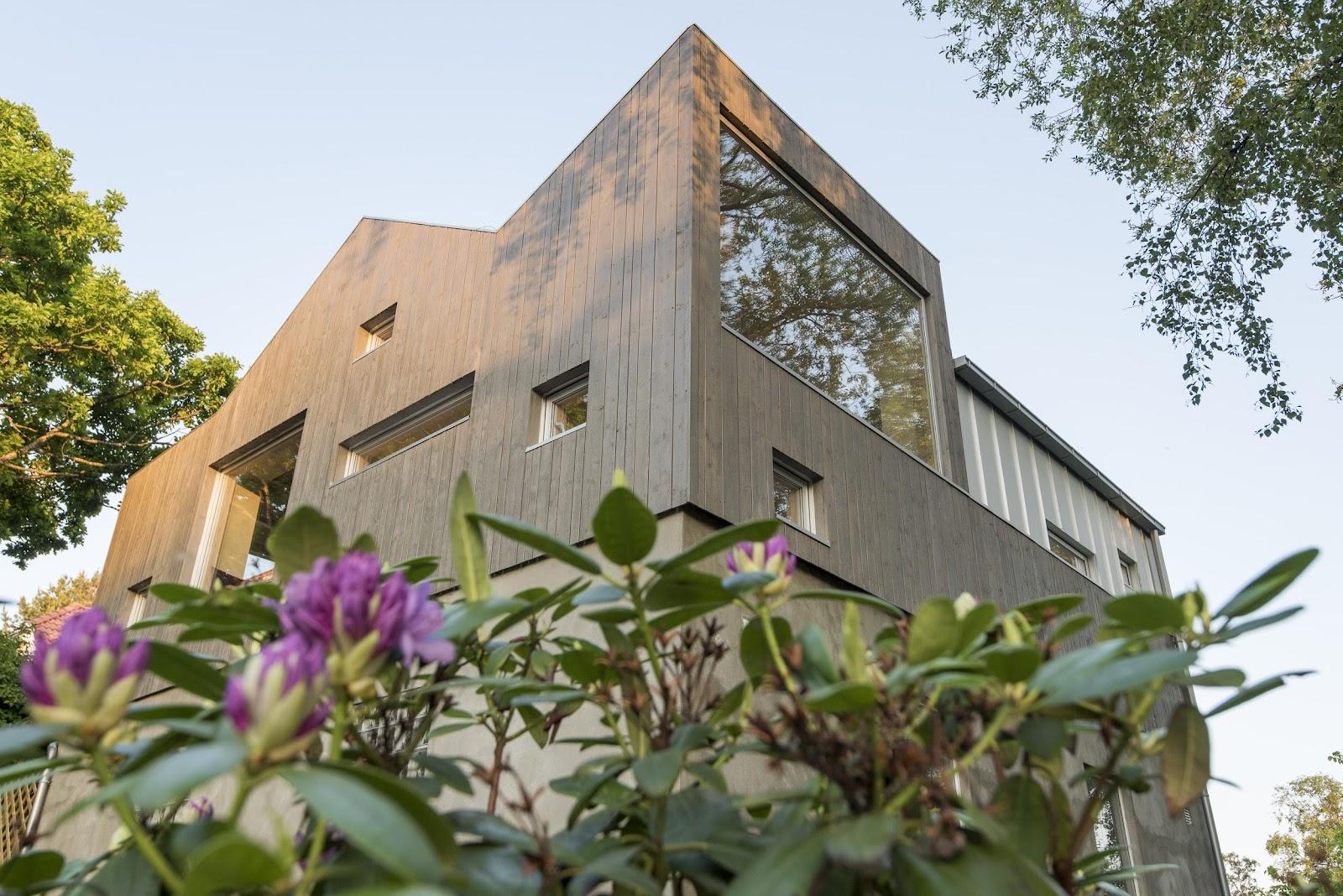 ein Haus mit einer Holzfassade aus Kebony-Holz