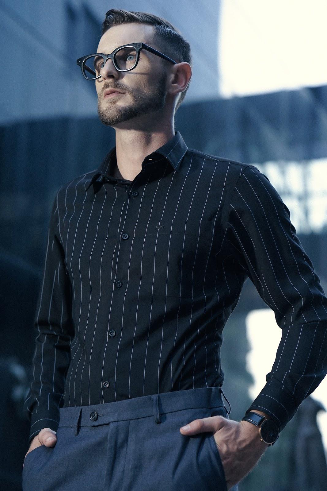 Những mẫu áo sơ mi đen có hoạ tiết kẻ sọc giúp nam giới trông trẻ trung, thu hút hơn