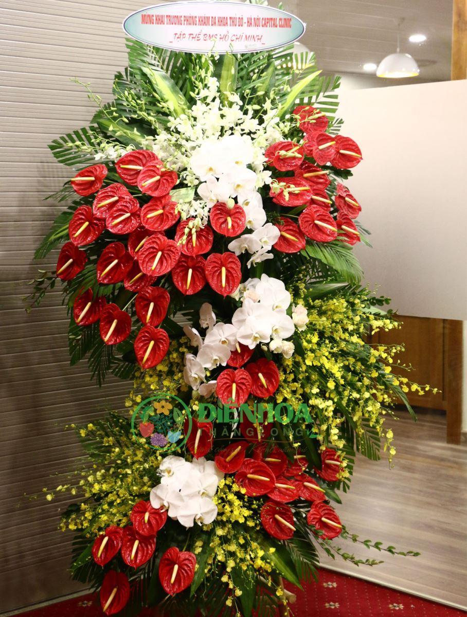 Ảnh có chứa trong nhà, bàn, hoa, bó hoa  Mô tả được tạo tự động