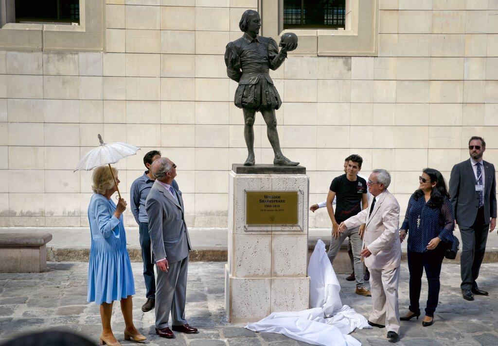 正在古巴訪問的英國皇儲查理斯和夫人卡米拉為莎士比亞像揭幕。美聯社圖片