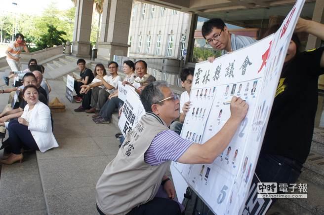 公民團體在縣議會門口靜坐,製作看板給縣議員簽到,蔡東富第一個簽名。(周麗蘭攝)