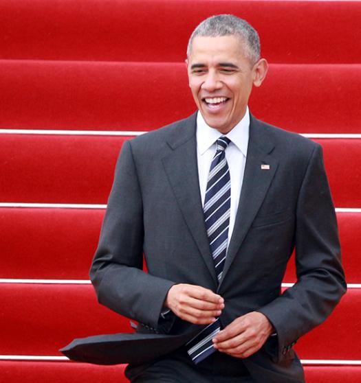 Tổng thống Obama bước xuống sân bay Tân Sơn Nhất. Ảnh: internet.