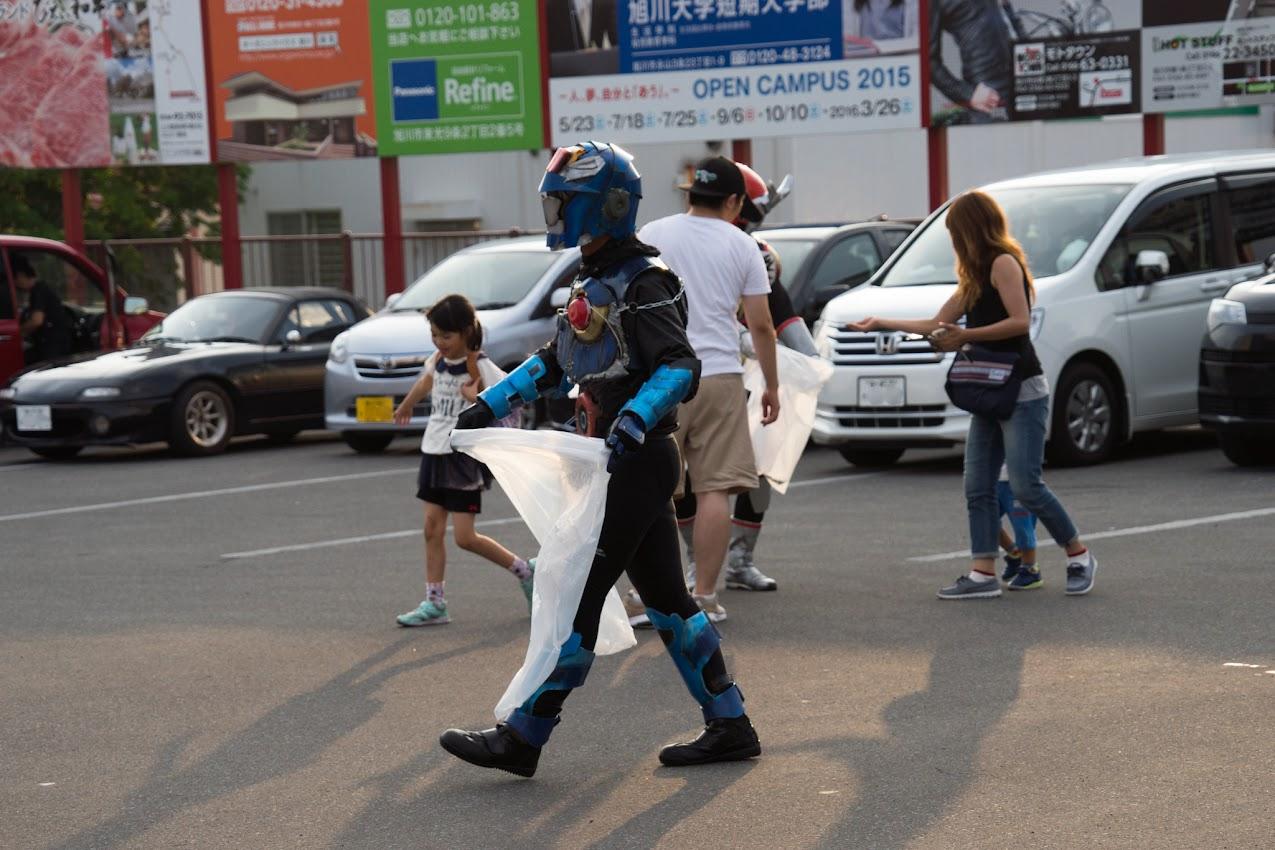 道の駅あさひかわの駐車場を清掃するヒーロー達