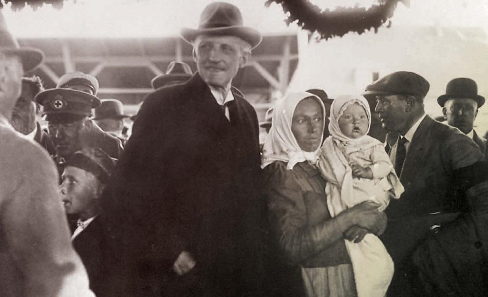 КОРОЛЕВСКИЙ ПРИЕМ: Принц Карл встречает соотечественников из Альт-Шведендорфа