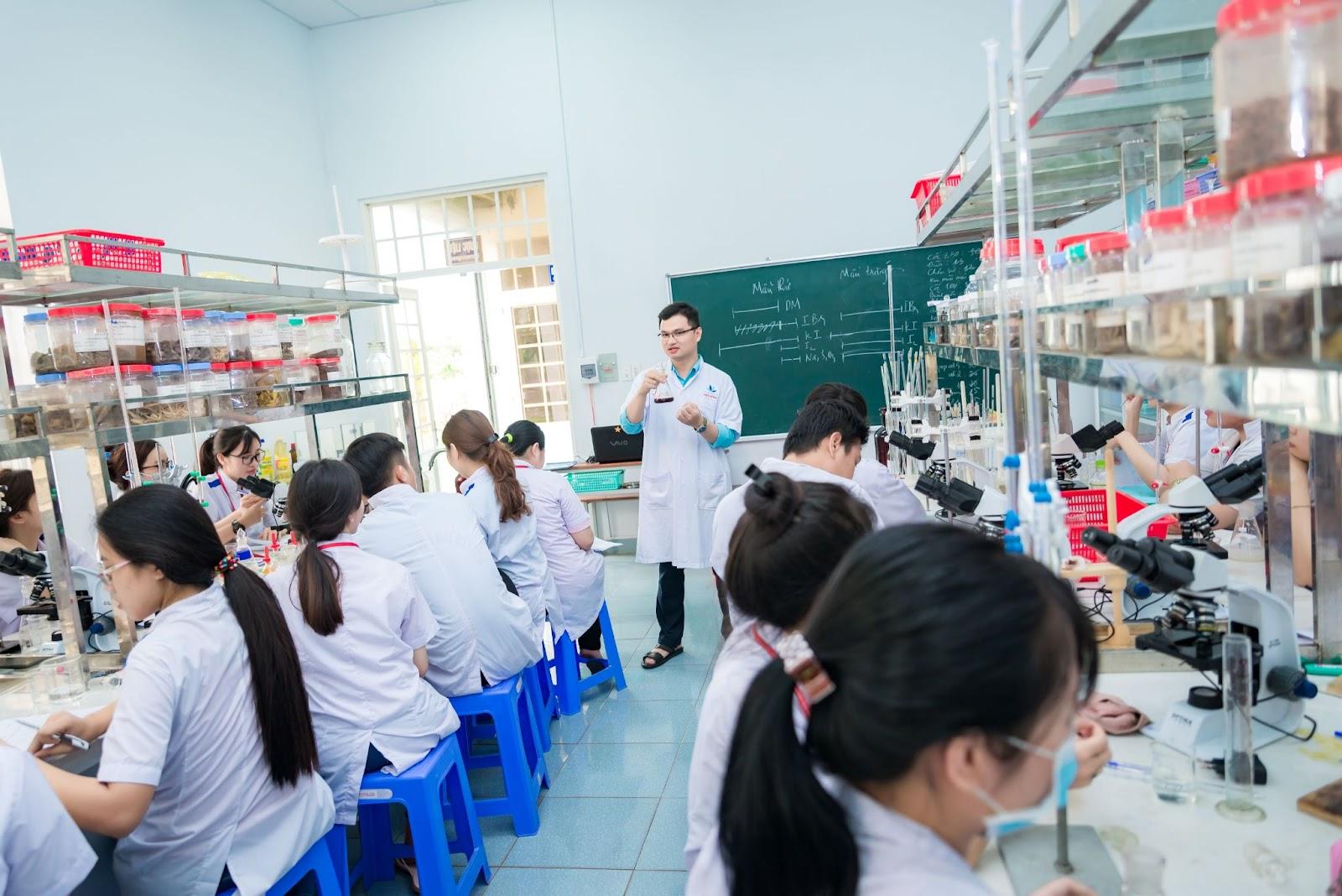 Một tiết học Thực hành của sinh viên khoa Dược - trường Đại học Công nghệ Miền Đông