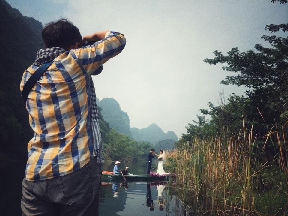 Trong hình ảnh có thể có: một hoặc nhiều người, mọi người đang đứng, núi, bầu trời, ngoài trời, thiên nhiên và nước