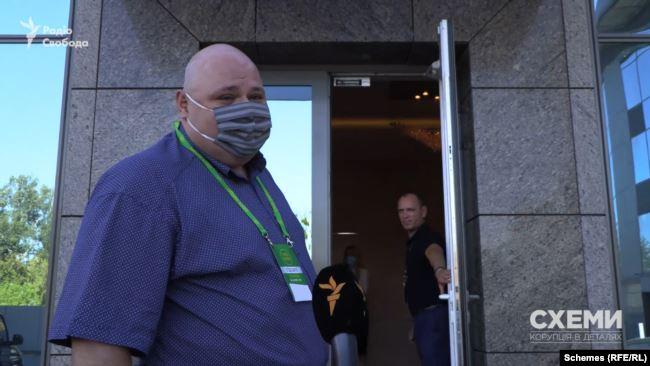 «Схеми» запитали в Миколи Стефанчука, який раніше казав, що «не допускає думки, щоб хтось у безпосереднє підпорядкування брав собі родичів», про дружину-помічницю