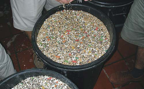 While many theme parks' cage labels state that the birds eat a formulated diet, the bowls are often full of a seed mix with colored pellets