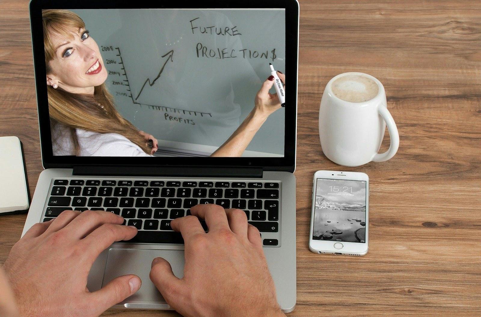 Immagine che contiene persona, portatile, elettronico, computer  Descrizione generata automaticamente